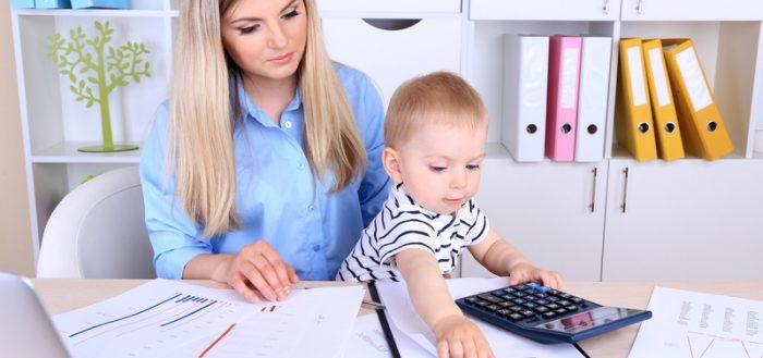 Женщина и ребёнок в офисе