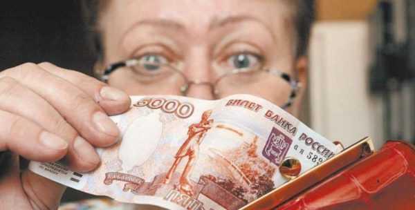 Женщина в очках достаёт из кошелька купюру