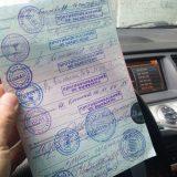 Медицинское заключение в руках у водителя