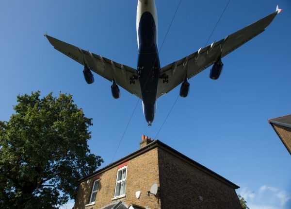 Самолёт над домом