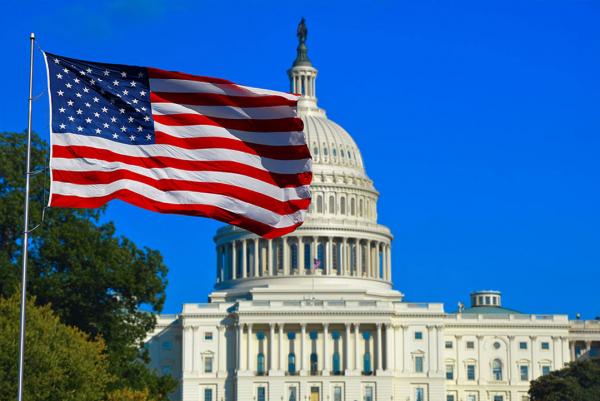Флаг и Белый дом в США