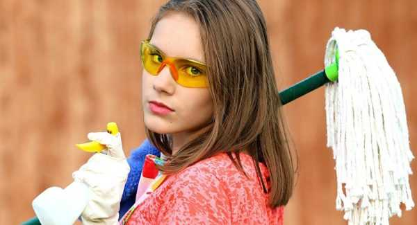 Девушка в очках со шваброй