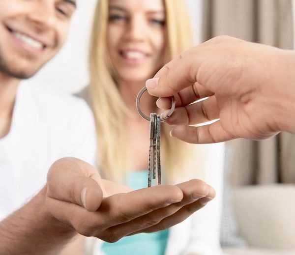 Передача ключей от квартиры парню с девушкой