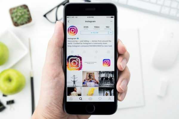 Смартфон с открытым приложением Instagram в руке