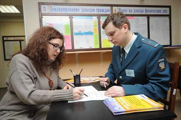 Женщина на приёме у налогового инспектора