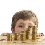 Ребёнок возле стола с монетами