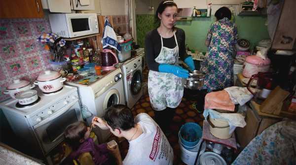 Жильцы квартиры на кухне