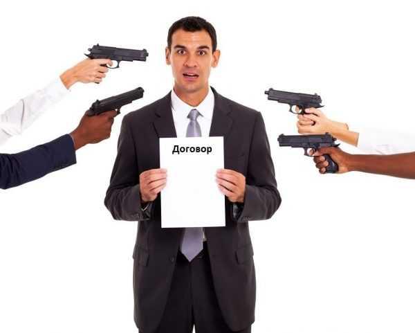 Мужчина с договором, на которого направлены пистолеты