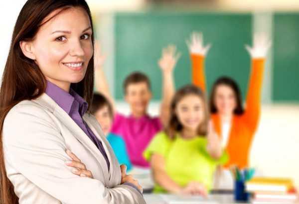 Женщина на фоне класса с детьми