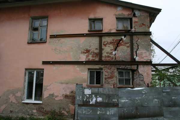 Дом с трещинами в стене