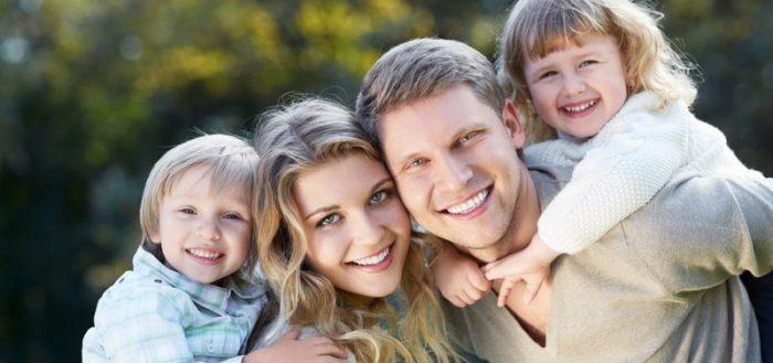 Счастливая семья (муж, жена, сын, дочь) на природе