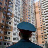 Военнослужащий перед многоэтажным домом
