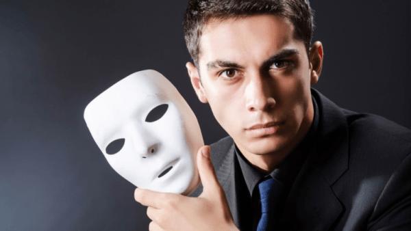 Мужчина с маской в руке