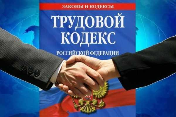 Крупном планом пожатие рук на фоне ТК РФ