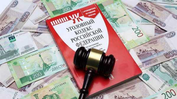 уголовный кодекс и судейский молоток на купюрах российских рублей