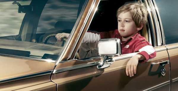 ребёнок за рулём автомобиля