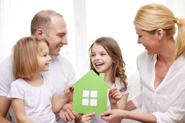 Семья с домиком в руках