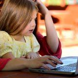 молодая мама с ребенком за компьютером